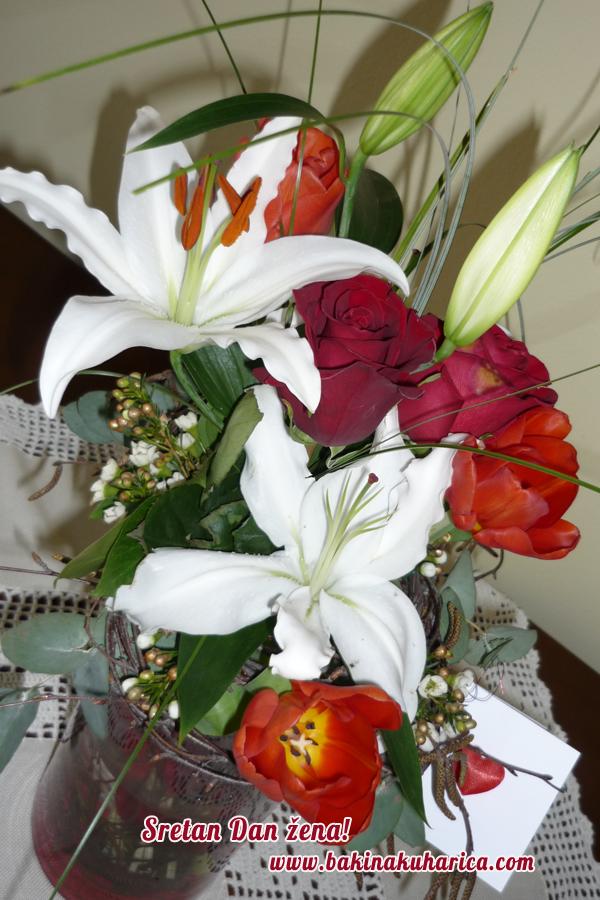 Buket ljiljana i ruža za Dan žena